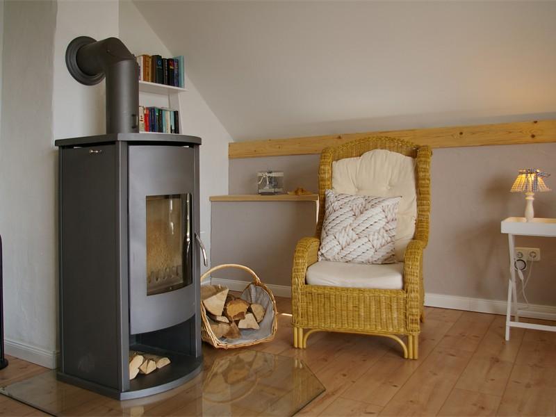 Wohnzimmer-Leseecke mit Kaminofen